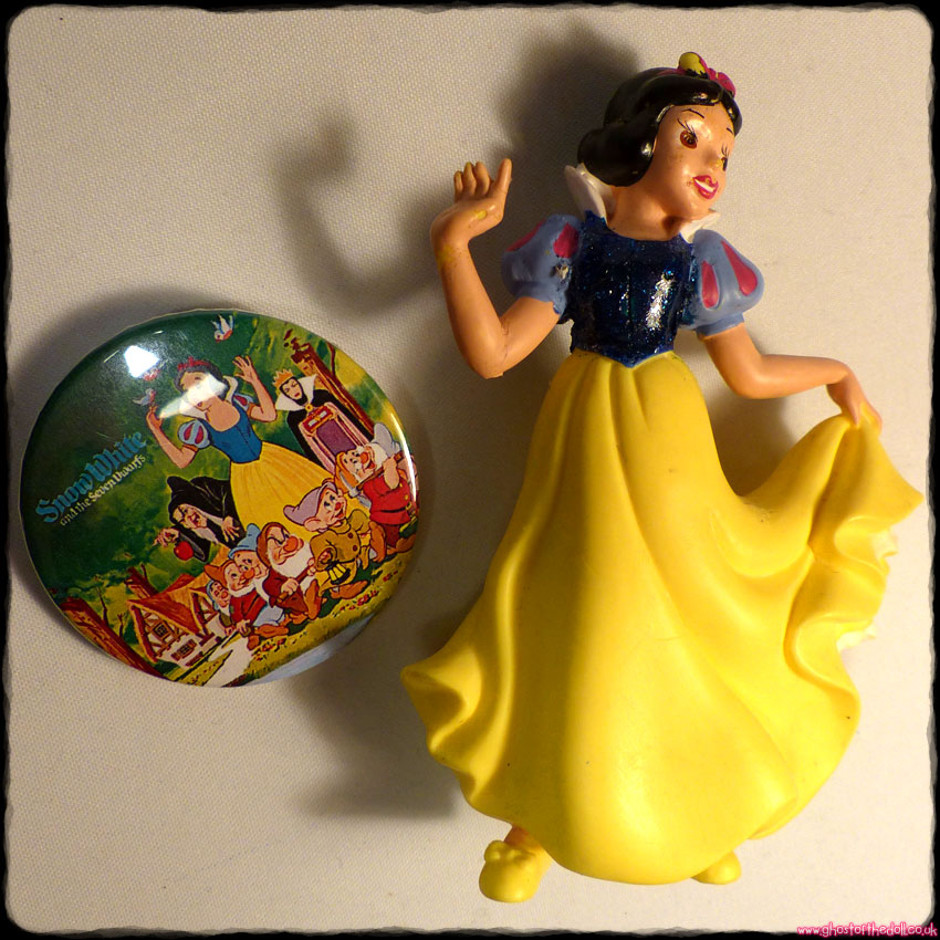 Disney: SNOW WHITE Sparkly Figure + FREE BADGE! (Bullyland)
